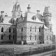 Photo de l'édifice de l'Ouest en construction, vers 1865