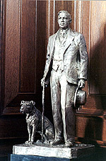 Statue of Prime Minister Mackenzie King and Pat.